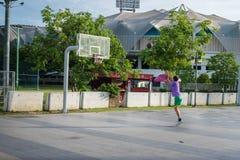 Mann spielte Basketball lizenzfreies stockfoto