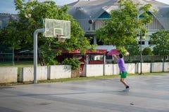 Mann spielte Basketball lizenzfreies stockbild
