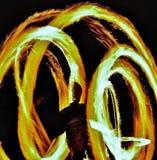 Mann-spinnendes Feuer stockfoto