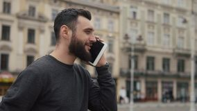 Mann spricht auf der Tablette, die irgendwo in der Stadt steht stock footage