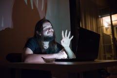 Mann spricht mit seiner Familie und bewegt im Internet wellenartig Stockfotos