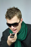 Mann spricht sehr viel laut durch Telefon Lizenzfreie Stockfotografie