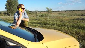 Mann spricht am Telefon nahe Auto stock video
