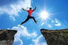 Mann springen lizenzfreie stockbilder