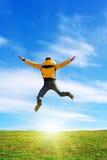 Mann springen, um sich zu sonnen Stockbild