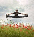 Mann springen zum Himmel. Lizenzfreie Stockfotografie