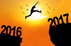 Mann springen zwischen 2016 und 2017 Lizenzfreie Stockfotografie