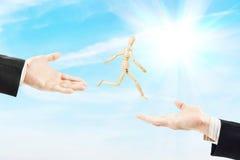 Mann springt von einer männlichen Palme zu anderen Stockfotos