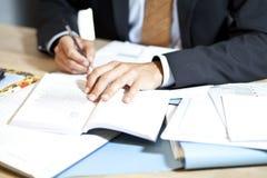 Mann stark bei der Arbeit am Schreibtisch Lizenzfreie Stockfotos