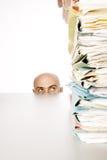 Mann starrt entlang der Dateien an Lizenzfreies Stockfoto