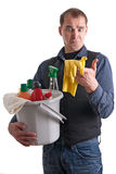 Mann starrt hilfloses zu den Reinigungsprodukten an Stockfotografie