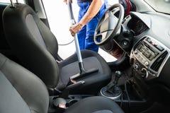 Mann-staubsaugendes Auto Seat mit Staubsauger Stockbild