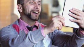 Mann stehen durch Videochat auf moderner elektronischer digitaler Tablette in Verbindung stock footage