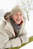 Mann-stehende Außenseite in der Snowy-Landschaft Lizenzfreie Stockfotografie