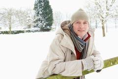 Mann-stehende Außenseite in der Snowy-Landschaft Stockbilder