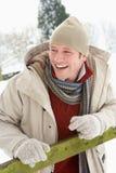 Mann-stehende Außenseite in der Snowy-Landschaft Lizenzfreies Stockfoto