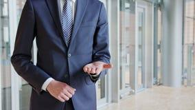 Mann-stehende ausstreckende Hand mit offener Palme lizenzfreies stockfoto