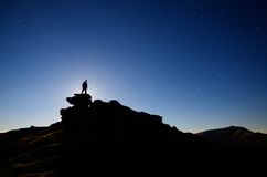 Mann steht auf einem Felsen Lizenzfreie Stockfotos