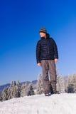 Mann steht auf Skisteigung Stockfoto