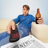 Mann steht zu Hause still Lizenzfreie Stockfotos