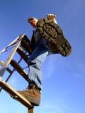 Mann-steigende Strichleiter Lizenzfreie Stockbilder