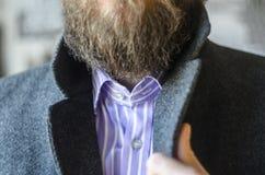 Mann-Stellring in Gray Coat Close-Up stockfoto
