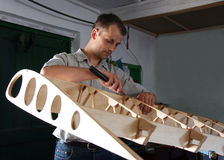 Mann stellt Flugzeuge her Lizenzfreies Stockfoto