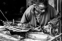 Mann stellt handgemachtes vorbildliches Boot her Stockbild
