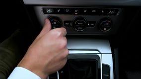 Mann steuert die Klimaanlage im Auto stock video