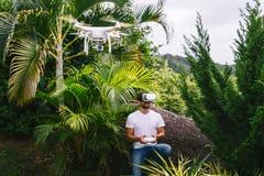 Mann steuert ein quadrocopter Lizenzfreie Stockbilder