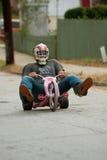 Mann steuert große Rad-unten hügelige Straße lizenzfreies stockfoto