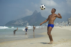 Mann-Strand-Fußball Brasilianer Altinho athletischer junger brasilianischer stockfotos