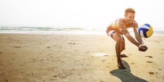 Mann-Strand-Sommerferien-Ferien-Volleyball-Konzept lizenzfreie stockbilder