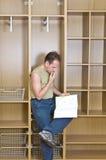 Mann studiert Plan Stockbild