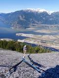 Mann in Sturzhelm-kletternden Bergen Stockbilder