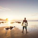Mann-Surfen Lizenzfreie Stockfotos