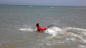 Mann-Surfer-Drachen-Einstieg stock footage