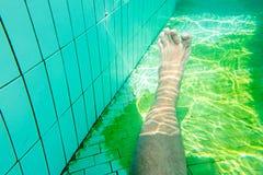 Mann am Swimmingpool, Unterwasserfoto von Lizenzfreie Stockfotos