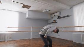 Mann tanzt in Tanzstudio Tanzbewegungswiederholung Klimaanlage im Tanzstudio Bewegung von Händen stock video
