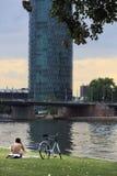 Mann am Telefon, das durch Fluss Hauptleitung in Frankfurt, Deutschland sich entspannt Lizenzfreies Stockbild