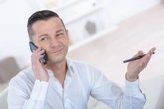 Mann am Telefon glücklich mit Gespräch Stockfotografie