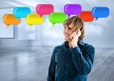 Mann am Telefon mit glänzenden Chatblasen Lizenzfreie Stockfotos