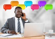 Mann am Telefon mit glänzenden Chatblasen Lizenzfreie Stockbilder