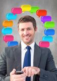 Mann am Telefon mit glänzenden Chatblasen Stockfoto