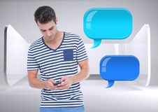 Mann am Telefon mit zwei glänzenden Chatblasen Lizenzfreie Stockbilder