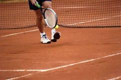 Mann am Tennisspiel Lizenzfreie Stockfotografie