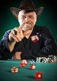 Mann Throwswürfel auf einem grünen Hintergrund Lizenzfreies Stockfoto