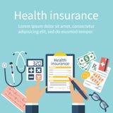 Mann am Tisch füllt in Form von Krankenversicherung Stockbilder