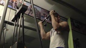 Mann trägt Trainer zur Schau stock video footage