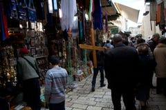 Mann tragen hölzernes Kreuz Lizenzfreie Stockbilder